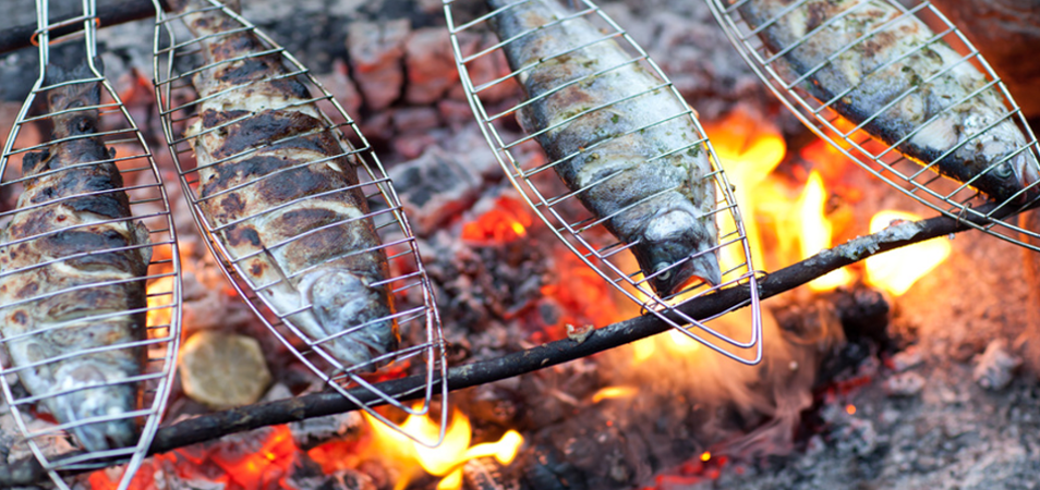 Fische grillen am Fischerhof Familie Bleier